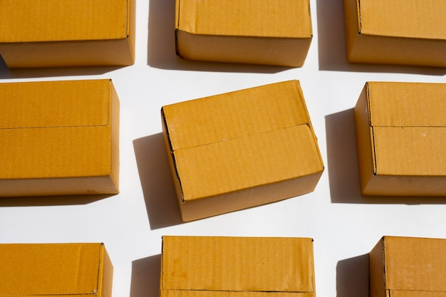 흰색 표면에 갈색 골 판지 상자
