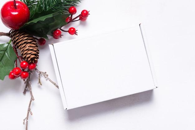 Коричневая картонная почтовая коробка, украшенная рождественскими украшениями