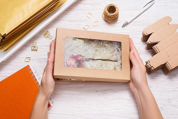 木製のテーブルのしわカット紙シュレッドフィラー付き茶色のカートンボックス