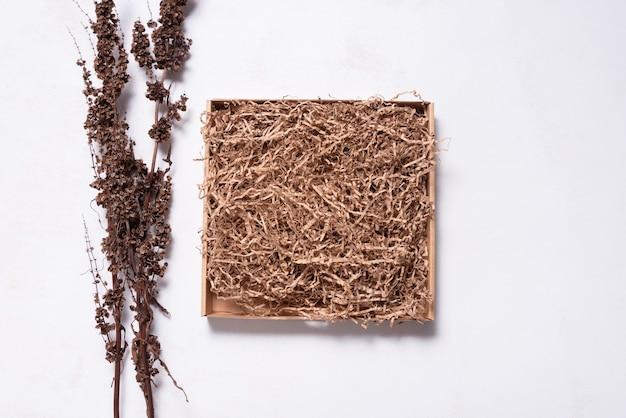 말린 나뭇가지로 장식된 갈색 판지 상자