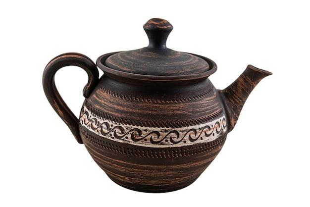 Коричневый керамический или красный глиняный чайник изолированы