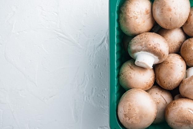 갈색 샴 피뇽 버섯 세트, 흰색 배경, 플라스틱 팩, 평면도 평면 누워, 텍스트 copyspace위한 공간