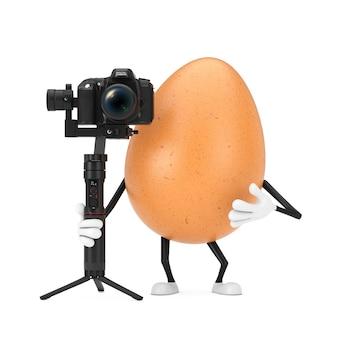흰색 배경에 dslr 또는 비디오 카메라 짐벌 안정화 삼각대 시스템이 있는 갈색 닭고기 달걀 인물 마스코트. 3d 렌더링