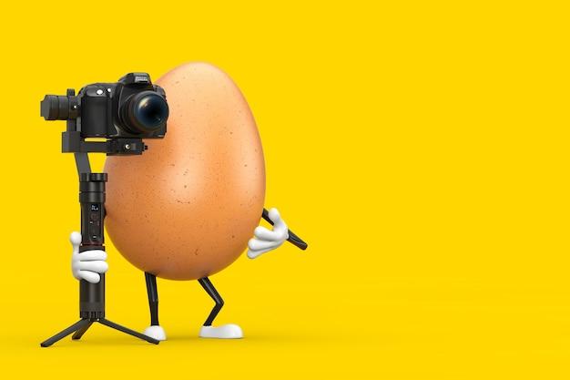 노란색 배경에 dslr 또는 비디오 카메라 짐벌 안정화 삼각대 시스템이 있는 갈색 닭고기 달걀 인물 마스코트. 3d 렌더링
