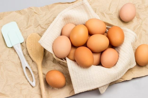 베이지 색 냅킨에 갈색 닭고기 달걀. 플랫 레이