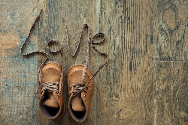 茶色の子供たちの冬の靴