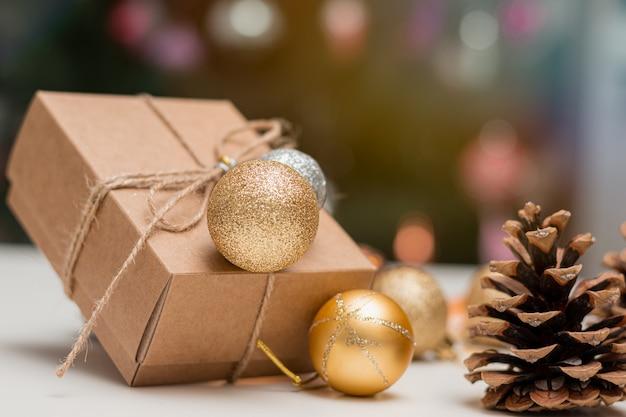 茶色のクリスマスプレゼント、テーブルの上に置く装飾ボールとコーン。