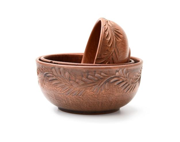 Тарелка из коричневой глины изолирована