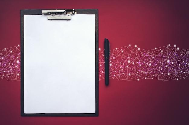 Доска сзажимом для бумаги коричневого цвета с ручкой. копировать пространство. понятие о новых возможностях, идеях, начинаниях, нововведениях.