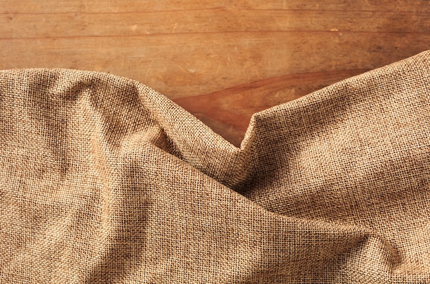 Коричневая ткань на деревянном фоне