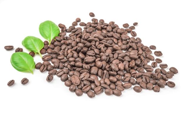白い表面の切り欠きに分離されたブラウンコーヒー