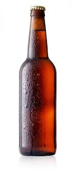 Коричневая бутылка холодного пива с каплями