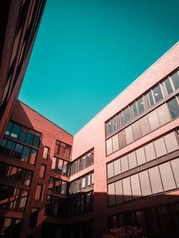 茶色のコンクリートの建物と澄んだ青い空