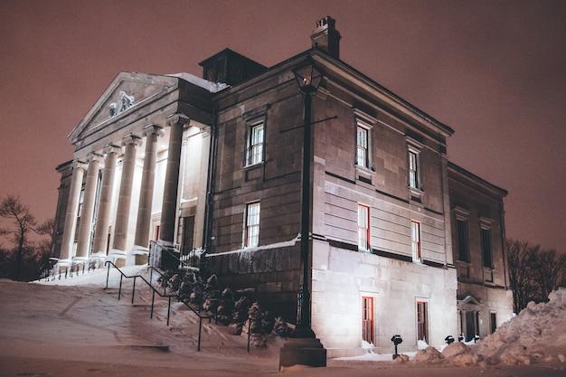 Коричневое бетонное здание в ночное время
