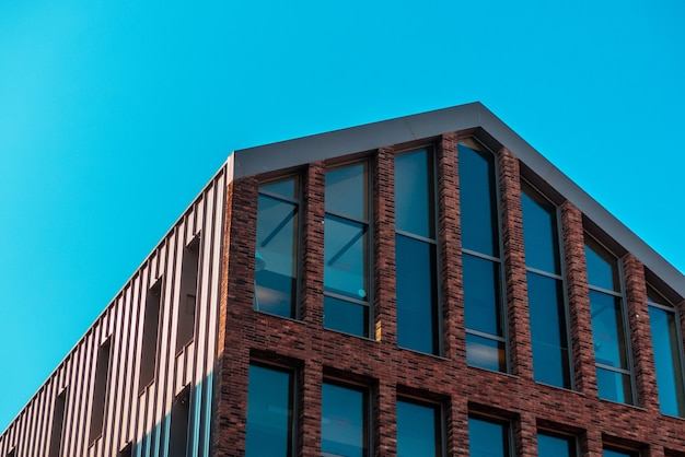 Коричневое бетонное здание с большими окнами