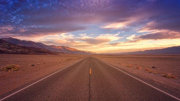 낮 동안 갈색 콘크리트 도로
