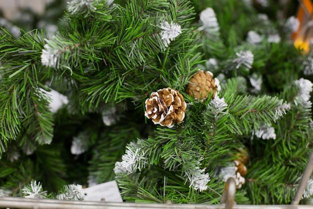 人工的なクリスマスツリーの茶色の円錐形