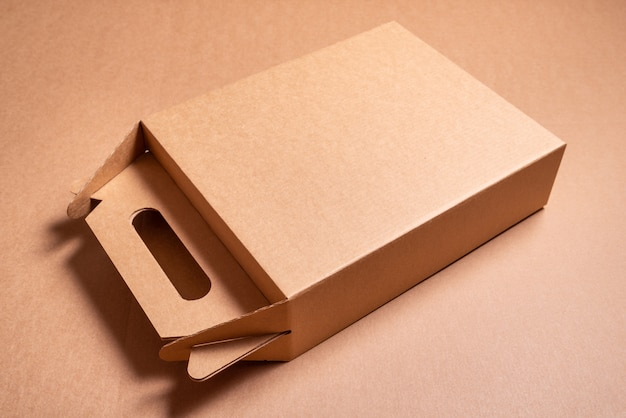 손잡이를 가진 갈색 기술 판지 상자