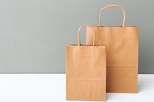 갈색 공예 종이 봉지. 복사 공간 흰색 테이블 회색 배경에 쇼핑백