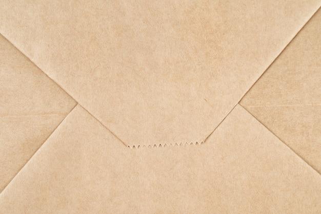 Текстура коричневой крафт-бумаги или фон, сложенный как конверт
