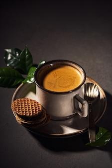 Коричневая чашка кофе и традиционные голландские вафли. поверхность еды с копией пространства