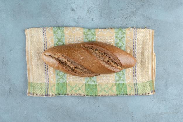 다채로운 식탁보에 갈색 맛 있는 빵.