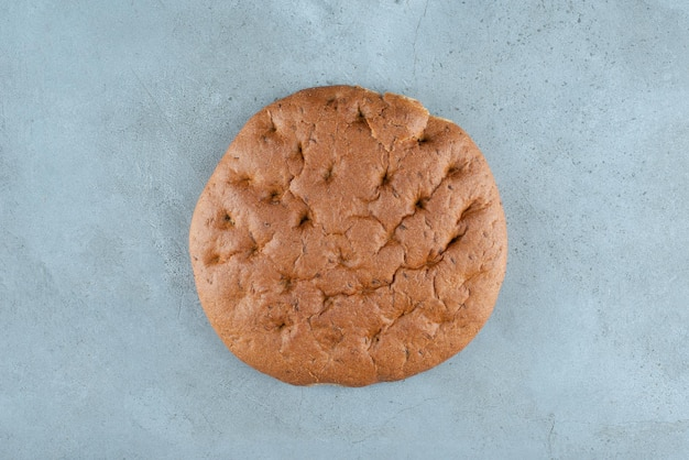 大理石の表面に茶色のおいしいパン。