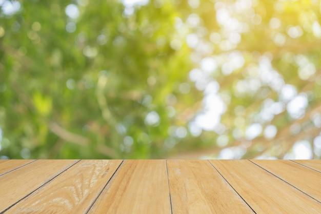 Коричневый стол на передней размытой фоне природы