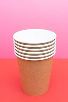 飲み物用の茶色の使い捨て紙コップ。
