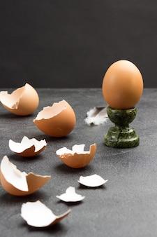 계란 스탠드에 갈색 계란. 테이블에 달걀 껍질. 공간 복사