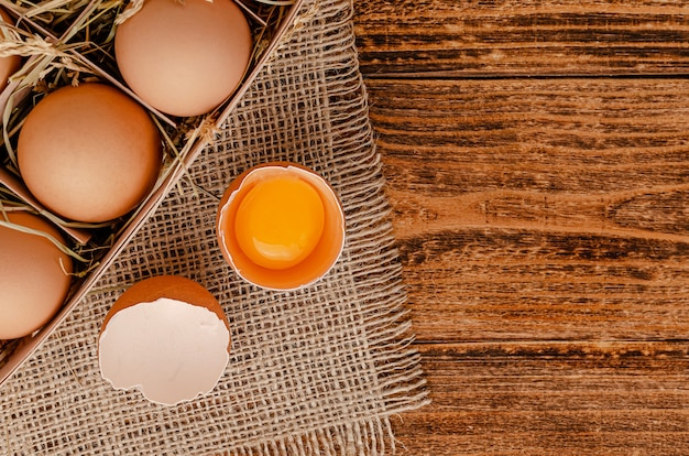 茶色の卵と木製の卵黄と壊れた卵