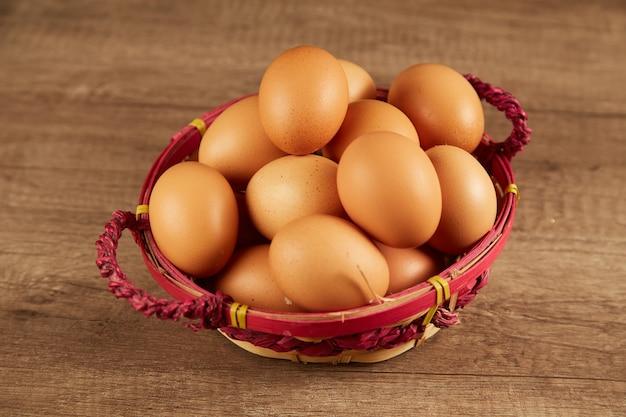 테이블에 바구니에 갈색 달걀
