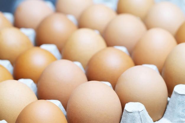 カートンボックスの茶色の卵。卵黄と壊れた卵