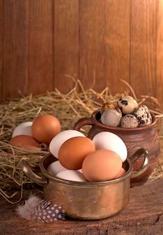 나무 바구니에 갈색 달걀입니다. 표면에 노른자와 깨진 달걀.