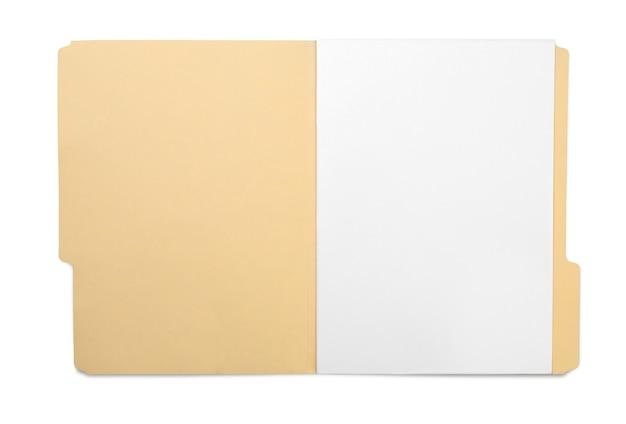 Коричневый конверт с бумагой на белом фоне