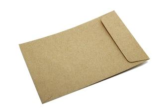 茶色の封筒は、白い背景に分離