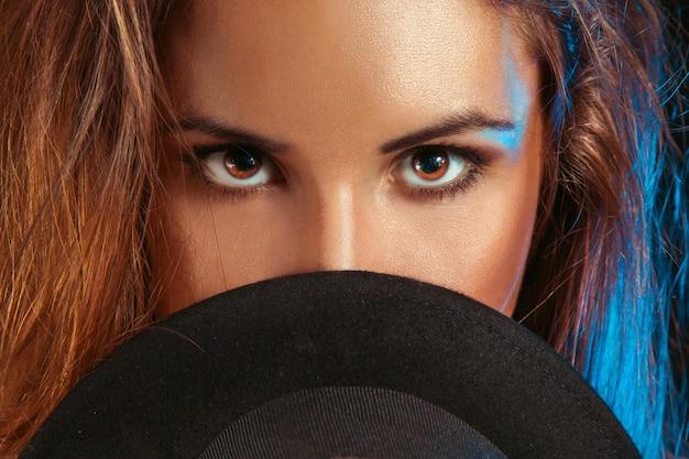 스튜디오에서 모자 뒤에 갈색 눈