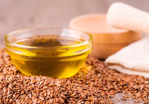 茶色の亜麻の種子と亜麻仁油