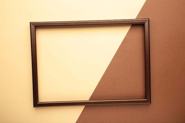 베이지 색과 갈색 바탕에 갈색 프레임입니다.