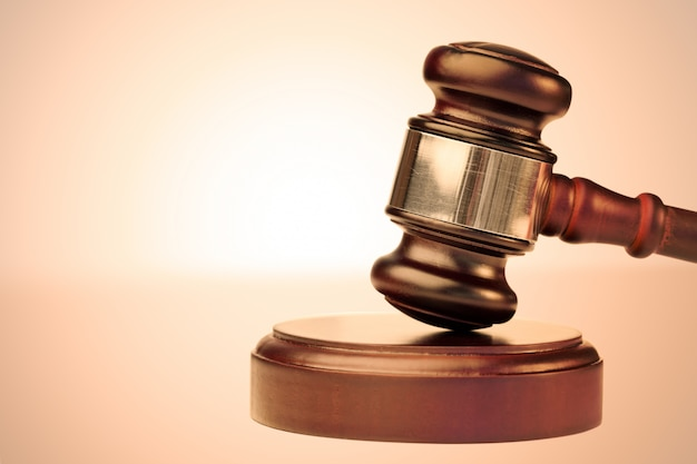 Коричневый молоток и масштаб правосудия