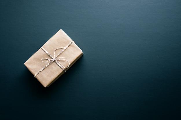 어두운 칠판에 diy 스타일의 갈색 선물 상자