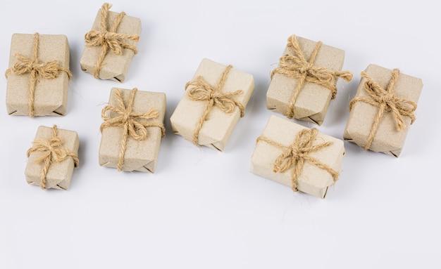 흰색 배경에 갈색 선물 흰색 배경에 공예품 선물 상자 스택