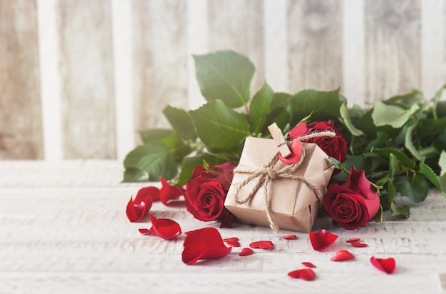 Brown gift supported on roses