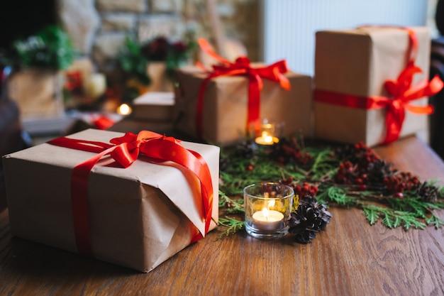 Коричневый подарок со свечой рядом с ним