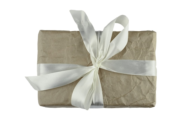 격리 된 배경에 흰색 활과 갈색 선물 포장. 고품질 사진