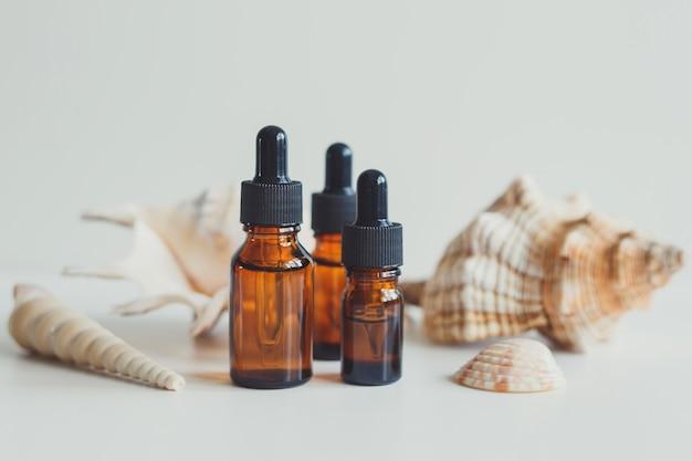 혈청 에센셜 오일 또는 기타 화장품이 든 갈색 유리병 천연 유기농 화장품
