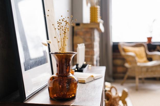 モダンな家のインテリアにドライフラワーと茶色のガラスの花瓶。コピースペース
