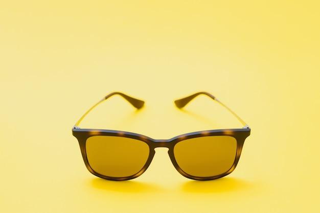 Коричневые очки на желтом фоне
