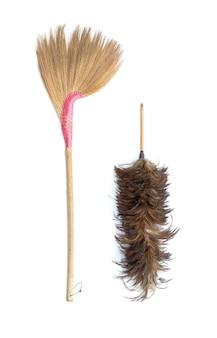 Коричневая трава веник и тряпка для перьев, изолированные на белом фоне