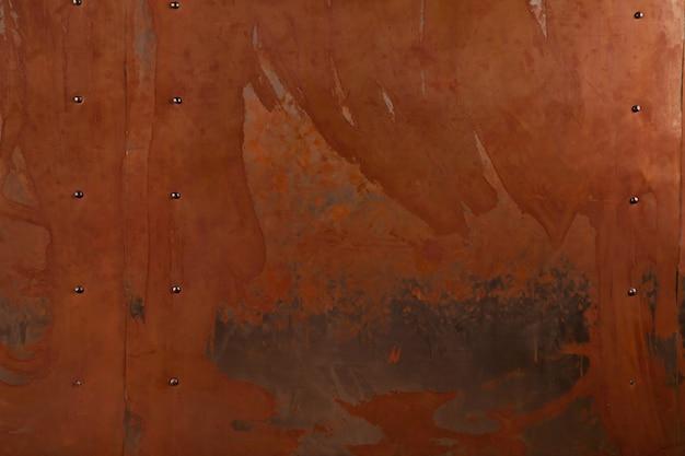 갈색 그런 지 질감, 긁힌 표면입니다. 녹슨 철판으로 만든 산업 벽. 금속 접시 배경입니다. 사이트의 저작권 공간